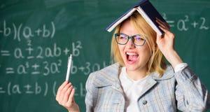 Zapomina ważną informację Utrzymanie w pamięci Ulepsza pamięci umiejętność Kobieta nauczyciel z książką jak dach na głowie _ obrazy royalty free