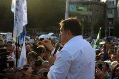 ZAPORIZHIA, УКРАИНА - 21-ое сентября 2017: Встреча Mikheil Saakashvili политическая с людьми в квадрате в центре города Zaporizhi стоковое фото rf