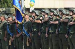 ZAPORIZHIA, de OEKRAÏNE 24 Augustus, 2016: Onafhankelijkheidsdag van de Oekraïne Militair maart van het leger van de Oekraïne stock afbeeldingen