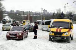 ZAPORIZHIA, de OEKRAÏNE 17 December, 2009: het vervoer hield na sneeuwval op De winter stedelijke scène Stock Afbeeldingen