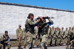 ZAPORIZHIA, de OEKRAÏNE - Juni 3, 2017: Gevechtsontvangst van speciale de krachtenmilitairen van de Oekraïne op Khortytsya-eiland Stock Foto