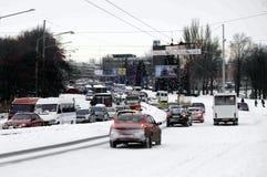 ZAPORIZHIA, UCRÂNIA 17 de dezembro de 2009: estrada do transporte após a queda de neve Cena urbana do inverno Fotos de Stock