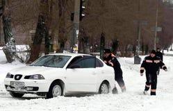 ZAPORIZHIA, UCRÂNIA 17 de dezembro de 2009: transporte parado após a queda de neve Cena urbana do inverno Fotos de Stock Royalty Free
