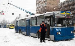 ZAPORIZHIA, UCRAINA 17 dicembre 2009: trasporto pubblico fermato dopo le precipitazioni nevose Scena urbana di inverno Immagini Stock Libere da Diritti