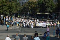 ZAPORIZHIA, UCRANIA 24 de agosto de 2016: Día de la Independencia de Ucrania La gente celebra con symbolics de la marcha y de la  fotografía de archivo