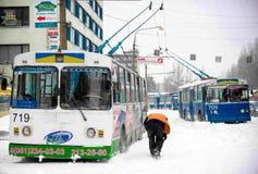 ZAPORIZHIA, UCRANIA 17 de diciembre de 2009: transporte público parado después de nevadas Escena urbana del invierno Fotos de archivo libres de regalías
