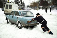 ZAPORIZHIA, UCRANIA 17 de diciembre de 2009: transporte parado después de nevadas Escena urbana del invierno fotografía de archivo libre de regalías