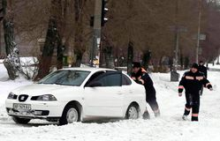 ZAPORIZHIA, UCRANIA 17 de diciembre de 2009: transporte parado después de nevadas Escena urbana del invierno Fotos de archivo libres de regalías