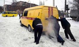 ZAPORIZHIA UKRAINA December 17, 2009: transport som stoppas efter snöfall Stads- plats för vinter Arkivfoto