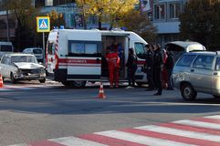 ZAPORIZHIA UKRAINA Oktober 10, 2017: ambulanslagarbete på bilolyckan arkivfoton
