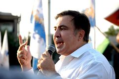 ZAPORIZHIA UKRAINA - September 21, 2017: Mikheil Saakashvili politiskt möte med folk i fyrkant i mitt av den Zaporizhia staden royaltyfri fotografi