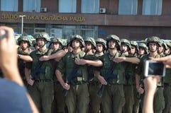 ZAPORIZHIA, UKRAINA Sierpień 24, 2016: Dzień Niepodległości Ukraina Militarny marsz Ukraina wojsko zdjęcia stock