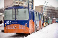ZAPORIZHIA, UKRAINE am 17. Dezember 2009: öffentliche Transportmittel gestoppt nach Schneefällen Städtische Szene des Winters Lizenzfreie Stockfotos