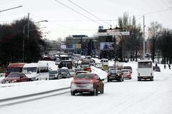 ZAPORIZHIA, UKRAINE le 17 décembre 2009 : route de transport après des chutes de neige Scène urbaine d'hiver Photos stock