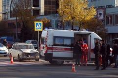 ZAPORIZHIA, UKRAINE am 10. Oktober 2017: Krankenwagenteamarbeit am Autounfall Lizenzfreie Stockfotografie