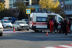 ZAPORIZHIA, UKRAINE am 10. Oktober 2017: Krankenwagenteamarbeit am Autounfall Stockfotografie