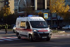ZAPORIZHIA, UKRAINE am 10. Oktober 2017: Krankenwagenteamarbeit am Autounfall Lizenzfreie Stockfotos
