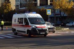 ZAPORIZHIA, UKRAINE am 10. Oktober 2017: Krankenwagenteamarbeit am Autounfall Lizenzfreies Stockbild