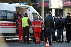 ZAPORIZHIA, UKRAINE am 10. Oktober 2017: Krankenwagenteamarbeit am Autounfall Lizenzfreie Stockbilder