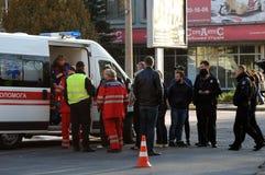 ZAPORIZHIA, UKRAINE am 10. Oktober 2017: Krankenwagenteamarbeit am Autounfall Lizenzfreies Stockfoto