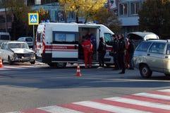 ZAPORIZHIA, UKRAINE am 10. Oktober 2017: Krankenwagenteamarbeit am Autounfall Stockfotos