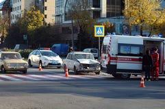 ZAPORIZHIA, UKRAINE am 10. Oktober 2017: Krankenwagenteamarbeit am Autounfall Stockbilder