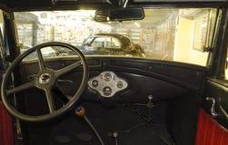 Zaporizhzhia, Ucrania, octubre, 03, 2017 - museo de coches retros, en la cabina de Ford viejo imagenes de archivo