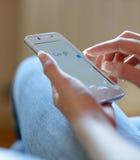 ZAPORIZHZHYA,乌克兰- 2014年11月21日:使用谷歌在巧妙的电话的少妇网查寻 免版税库存照片