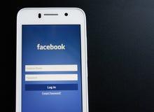ZAPORIZHZHYA, ΟΥΚΡΑΝΙΑ - 7 ΝΟΕΜΒΡΊΟΥ 2014: Άσπρο έξυπνο τηλέφωνο με την κοινωνική οθόνη σύνδεσης δικτύων Facebook στο μαύρο πίνακ Στοκ φωτογραφίες με δικαίωμα ελεύθερης χρήσης