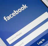 ZAPORIZHZHYA, DE OEKRAÏNE - NOVEMBER 07, 2014: Witte Slimme Telefoon met het Netwerklogin van Facebook het Sociale Scherm royalty-vrije stock foto's