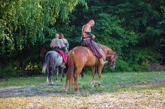 Zaporizhzhya-Kosaken zu Pferd gegen einen Hintergrund von Bäumen Lizenzfreie Stockbilder