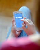 ZAPORIZHZHYA, UCRÂNIA - 21 DE NOVEMBRO DE 2014: Jovem mulher que usa a busca da Web de Google no telefone esperto Foto de Stock Royalty Free