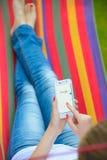 ZAPORIZHZHYA, UCRAINA - 20 SETTEMBRE 2014: Giovane donna che usando ricerca di web di Google sul suo Smart Phone Fotografia Stock