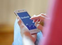 ZAPORIZHZHYA, UCRANIA - 21 DE NOVIEMBRE DE 2014: Mujer joven que usa búsqueda del web de Google en el teléfono elegante Imágenes de archivo libres de regalías