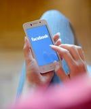 ZAPORIZHZHYA, UCRANIA - 21 DE NOVIEMBRE DE 2014: Mujer joven que usa búsqueda del web de Google en el teléfono elegante Imagenes de archivo