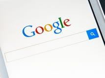 ZAPORIZHZHYA, UCRANIA - 7 DE NOVIEMBRE DE 2014: Teléfono elegante blanco con la búsqueda de Google en la pantalla Fotografía de archivo libre de regalías