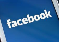 ZAPORIZHZHYA, UCRANIA - 7 DE NOVIEMBRE DE 2014: Teléfono elegante blanco con la red social de Facebook en la pantalla Imágenes de archivo libres de regalías