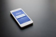 ZAPORIZHZHYA UKRAINA, LISTOPAD, - 07, 2014: Biały Mądrze telefon z Facebook sieci nazwy użytkownika Ogólnospołecznym ekranem na c Obraz Royalty Free