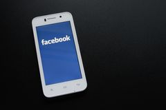 ZAPORIZHZHYA UKRAINA - NOVEMBER 07, 2014: VitSmart telefon med Facebook social nätverksapplikation på skärmen på den svarta tabel Arkivfoton