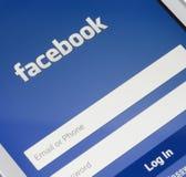 ZAPORIZHZHYA UKRAINA - NOVEMBER 07, 2014: VitSmart telefon med skärmen för Facebook den sociala nätverksinloggning Royaltyfria Foton