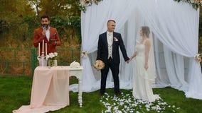 ZAPOROZHYE, ΟΥΚΡΑΝΙΑ - 23 ΣΕΠΤΕΜΒΡΊΟΥ 2016: Νύφη και νεόνυμφος στη γαμήλια τελετή απόθεμα βίντεο