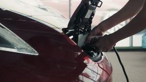 ZAPOROZHYE, UCRÂNIA - 30 DE JULHO DE 2016: Veículo elétrico que está sendo obstruído dentro ou desconectado filme