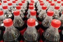 Zaporozhye Ucrânia - 20 de julho de 2018 Feche acima das garrafas dos refrescos da coca-cola As bebidas da coca-cola são produzid fotos de stock