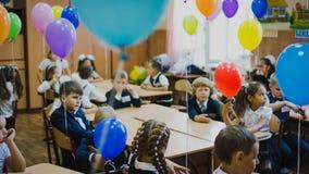 Zaporozhye Ukraina - September 1, 2018: Gjord suddig bakgrund av barn i skolalikformign som sitter i det dekorerade utbildande ru royaltyfri fotografi