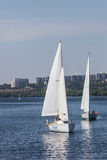 ZAPOROZHYE UKRAINE-AUGUST 11: Segla yacht11, 2012 i Zaporo Fotografering för Bildbyråer