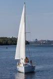 ZAPOROZHYE UKRAINE-AUGUST 11: Segla yacht11, 2012 i Zaporo Royaltyfri Foto