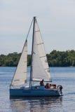 ZAPOROZHYE UKRAINE-AUGUST 11: Segla yacht11, 2012 i Zaporo Arkivfoton