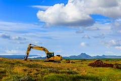 Zappatore nel campo sotto cielo blu Fotografia Stock