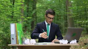 Zapracowana kierownik wady zadania opłata brak pomysły, pracuje przy biurkiem w parku zbiory wideo