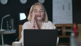 Zapracowana kobieta ma migrenę w nocy biurze Zaakcentowana kobieta pracuje póżno zbiory wideo